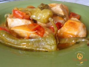 Spezzatino di pollo con peperoncini verdi e pomodorini