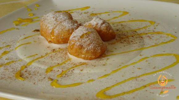 Frittelle di mele su crema di gelato, con cannella, polvere di pistacchio e caramello all'arancia