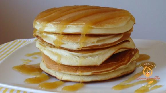 Pancakes alla vaniglia con sciroppo di mele