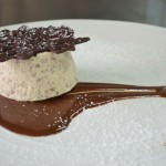 Parfait alle mandorle su salsa al cioccolato