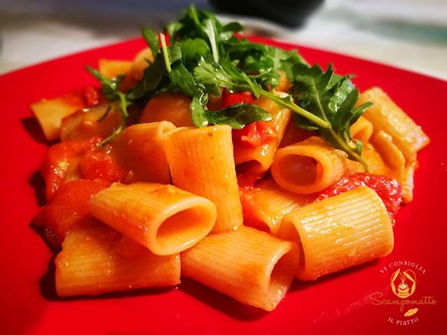Mezze maniche con pomodorini, pesto di basilico e rucola1