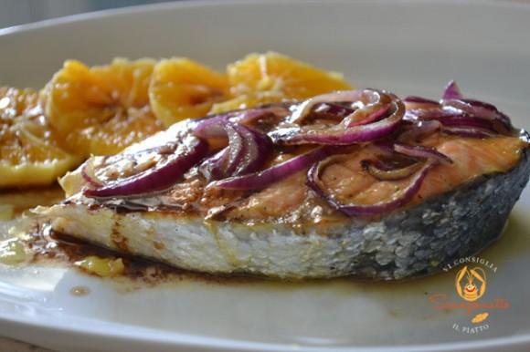 Salmone in salsa di arance e cipolle rosse