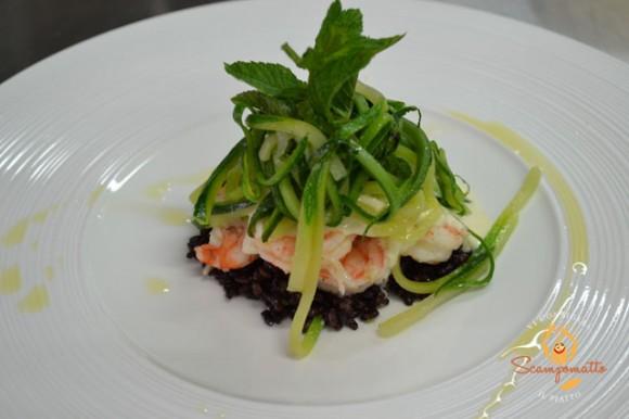 Insalatina tiepida di gamberi su riso nero, emulsione al limone e julienne di zucchine alla menta