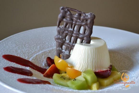 Biancomangiare con cioccolato bianco su insalatina di frutta