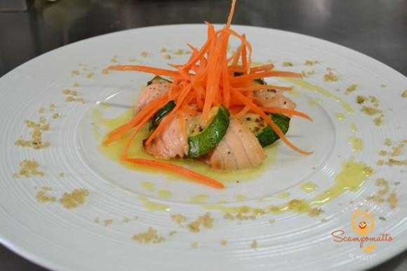 Corolla di salmone marinato agli agrumi con carotine croccanti e citronette