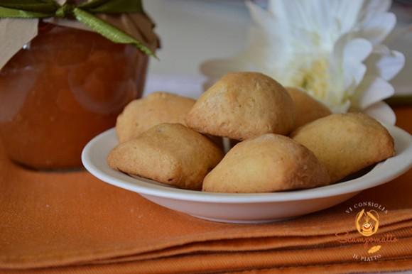 Panzerottini di pasta di biscotti con marmellata di mele cotogne