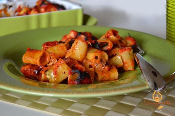 Pasta gratinata con mozzarella, pomodoro e olive