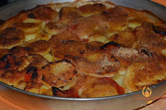 Tiella di patate, cipolle e pomodorini