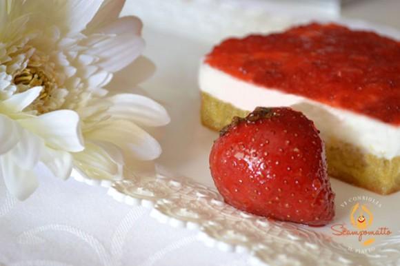 Torta con mousse allo yogurt e gelatina di fragole