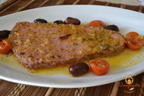 Filetti di tonno rosso in padella con cipolle, olive e pomodorini
