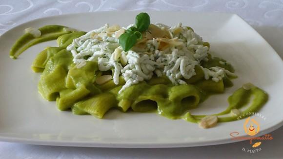 Mezze maniche in crema di zucchine e fiori di zucca con ricotta al profumo di rucola e mandorle