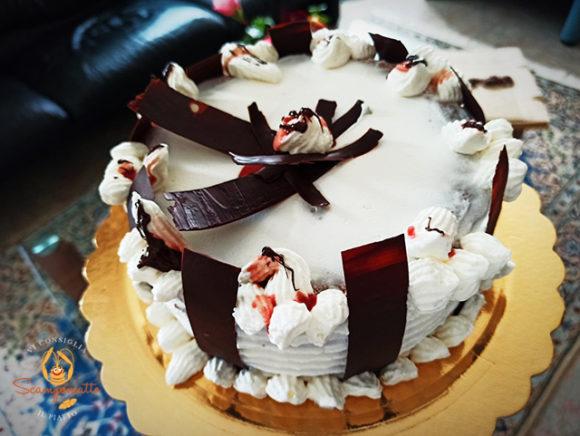 Torta alla crema con pan di spagna tradizionale e decorazioni di cioccolato